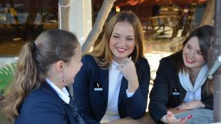 vatel-hospitality-students-chatting